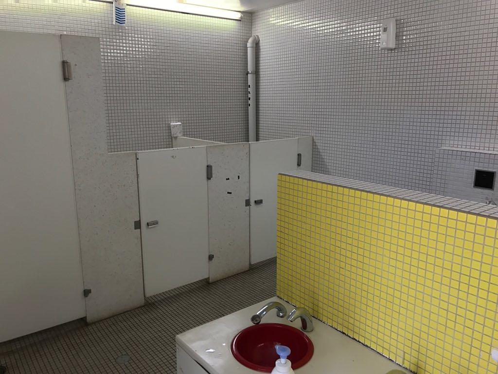 個室でも仕切りが低いので安心してトイレに行かせることができます。